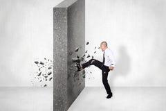 Hombre de negocios Break Wall del obstáculo Desafío Conquerin del negocio imágenes de archivo libres de regalías
