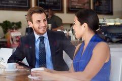 Hombre de negocios And Businesswoman Meeting en cafetería Fotografía de archivo