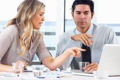 Hombre de negocios And Businesswoman Meeting en oficina Fotos de archivo libres de regalías