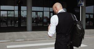 Hombre de negocios calvo elegante joven que camina al centro de negocios, aeropuerto, oficina Concepto: un nuevo negocio, viajand almacen de video