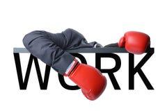 Hombre de negocios cansado con el guante de boxeo después de la lucha con el trabajo duro Foto de archivo