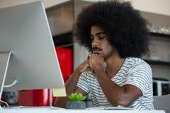 Hombre de negocios cansado en el escritorio en oficina creativa foto de archivo libre de regalías