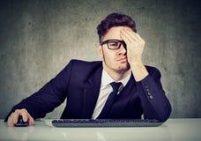 Hombre de negocios cansado en el lugar de trabajo fotografía de archivo