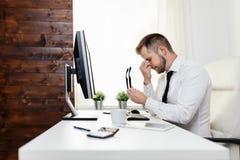 Hombre de negocios cansado de la carga de trabajo pesada fotografía de archivo
