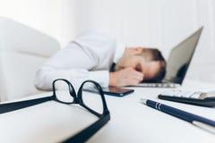 Hombre de negocios cansado de la carga de trabajo pesada imagen de archivo