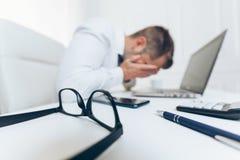 Hombre de negocios cansado de la carga de trabajo pesada foto de archivo libre de regalías