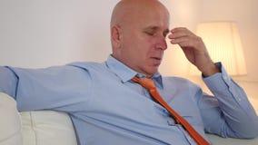 Hombre de negocios cansado Sitting en un sofá y fabricación cómodo almacen de video