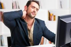 Hombre de negocios casual With Pain In su cuello Imagen de archivo