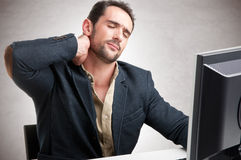 Hombre de negocios casual With Pain In su Nec Imagenes de archivo