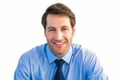 Hombre de negocios casual que sonríe en la cámara Fotos de archivo