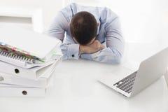 Hombre de negocios caucásico dormido en su escritorio foto de archivo
