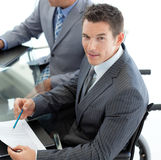 Hombre de negocios caucásico en un sillón de ruedas Fotografía de archivo libre de regalías
