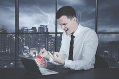 Hombre de negocios caucásico enojado que muestra su dedo medio Fotografía de archivo libre de regalías