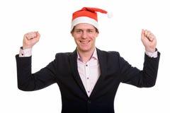 Hombre de negocios caucásico hermoso que parece excitado con los brazos aumentados foto de archivo