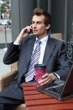 hombre de negocios caucásico joven usando su ordenador portátil en café - bebiendo Imagen de archivo