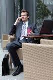 hombre de negocios caucásico joven usando su ordenador portátil en café - bebiendo Imagenes de archivo