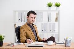 Hombre de negocios caucásico que refleja imagen de archivo