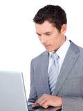 Hombre de negocios caucásico usando una computadora portátil Imagen de archivo libre de regalías