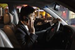 Hombre de negocios With Cell Phone en coche Fotografía de archivo libre de regalías