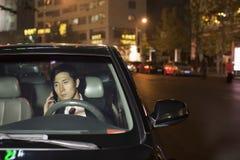 Hombre de negocios With Cell Phone en coche Foto de archivo
