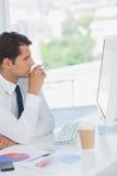 Hombre de negocios centrado en el ordenador Foto de archivo