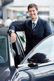 Hombre de negocios cerca de los coches Imagen de archivo libre de regalías
