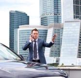Hombre de negocios cerca de un coche Fotos de archivo libres de regalías