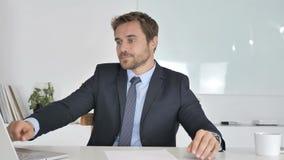 Hombre de negocios Checking Message en Smartwatch almacen de metraje de vídeo