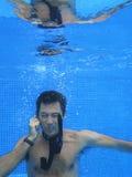 Hombre de negocios chino que habla con el teléfono celular Imagen de archivo
