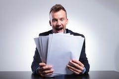 Hombre de negocios chocado por muchas cuentas Imagen de archivo