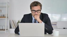 Hombre de negocios chocado Wondering en temor en el trabajo almacen de video