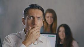 Hombre de negocios chocado y sorprendido Un hombre en vidrios de los lanzamientos de la sorpresa y miradas en la cámara en el fon almacen de metraje de vídeo
