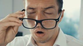Hombre de negocios chocado y sorprendido Un hombre en vidrios de los lanzamientos de la sorpresa y miradas en la cámara en sorpre almacen de metraje de vídeo