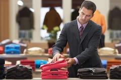 Hombre de negocios At Clothes Store Imágenes de archivo libres de regalías