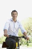 Hombre de negocios Commuting On Bicycle Fotografía de archivo