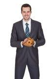 Hombre de negocios competitivo con el guante de béisbol imagenes de archivo