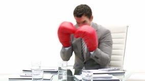 Hombre de negocios competitivo que sostiene guantes de boxeo metrajes