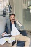 Hombre de negocios comunicativo que tiene rotura en café imágenes de archivo libres de regalías
