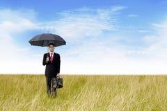 Hombre de negocios con al aire libre tirada paraguas Imagen de archivo