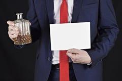 Hombre de negocios con alcohol en sus manos y un aviso de la hoja limpia foto de archivo