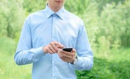 Hombre de negocios con Apple Iphone Fotos de archivo libres de regalías
