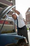 Hombre de negocios con apuro del coche Fotos de archivo libres de regalías