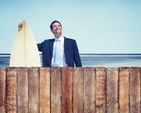 Hombre de negocios con concepto de la playa de la tabla hawaiana imagenes de archivo