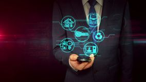 Hombre de negocios con concepto del holograma del smartphone y de la muestra de IOT