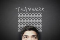 Hombre de negocios con concepto del trabajo en equipo en la pizarra imagen de archivo libre de regalías