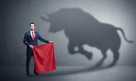 Hombre de negocios con concepto de la sombra y del torero del toro foto de archivo
