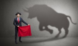 Hombre de negocios con concepto de la sombra y del torero del toro fotografía de archivo libre de regalías