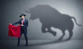Hombre de negocios con concepto de la sombra y del torero del toro imagen de archivo libre de regalías