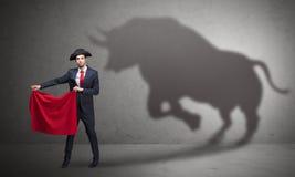 Hombre de negocios con concepto de la sombra y del torero del toro fotos de archivo