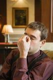 Hombre de negocios con dolor de cabeza. Imagen de archivo